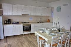 ferienhaus-gardasee-seeblick-wohnzimmer-balkon-03